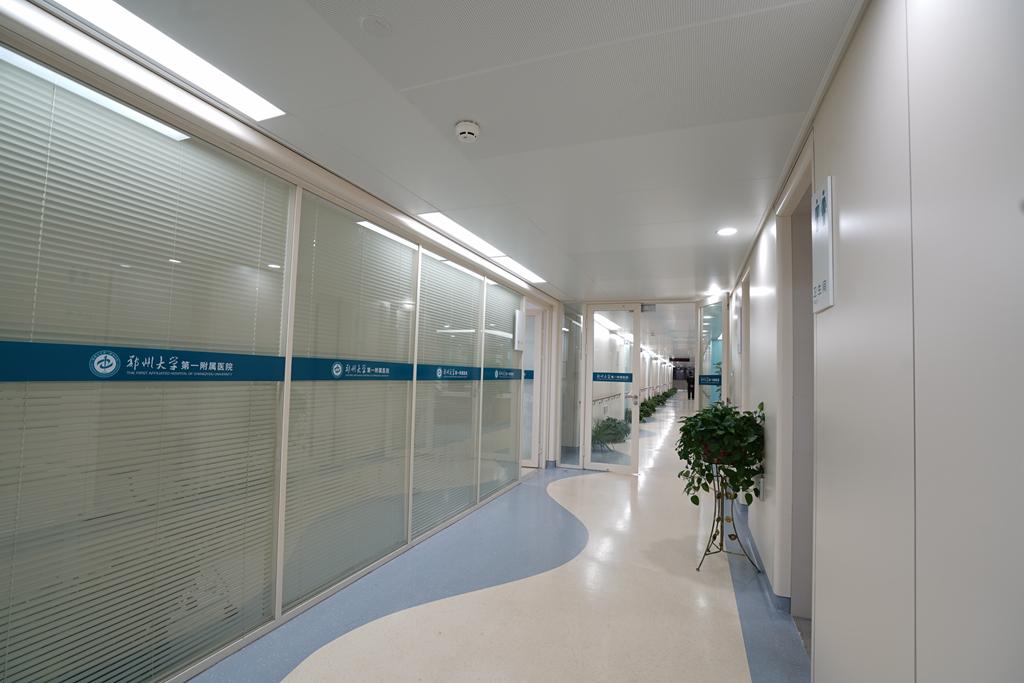 郑州大学第一附属医院郑东院区建成并投入使用。作为全球最大医院综合体,占地345亩,总建筑面积50万平方米,建设总投资为25亿元。东北为医技区,包括4栋门急诊和医技楼,3栋病房楼,1栋行政楼;西南为生活服务区,包括9栋公寓楼,1栋保障服务楼。 金鸿装饰承建的医技楼7#病房楼,建筑主体高度为54.